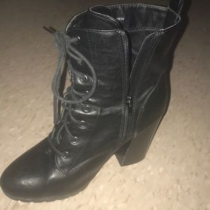 Selling these boots for 25 lmk ladies it's size 8